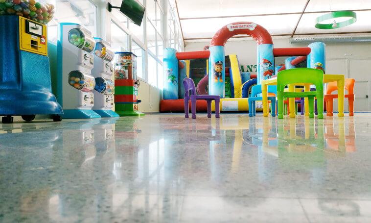 zona de juegos | parque infantil | zona infantil | juegos para niños | zona para vigilar a los niños | juegos arcade | colchoneta | restaurante con zona infantil